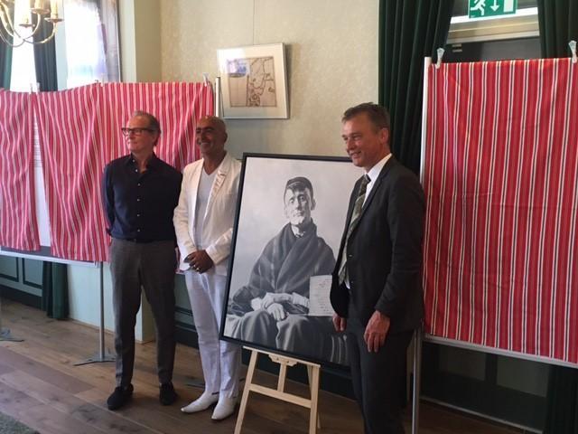 V.l.n.r. Herman Morssink, maker van het schilderij, Meino Schraal en wethouder Freek Brouwer bij het schilderij van Arondeus